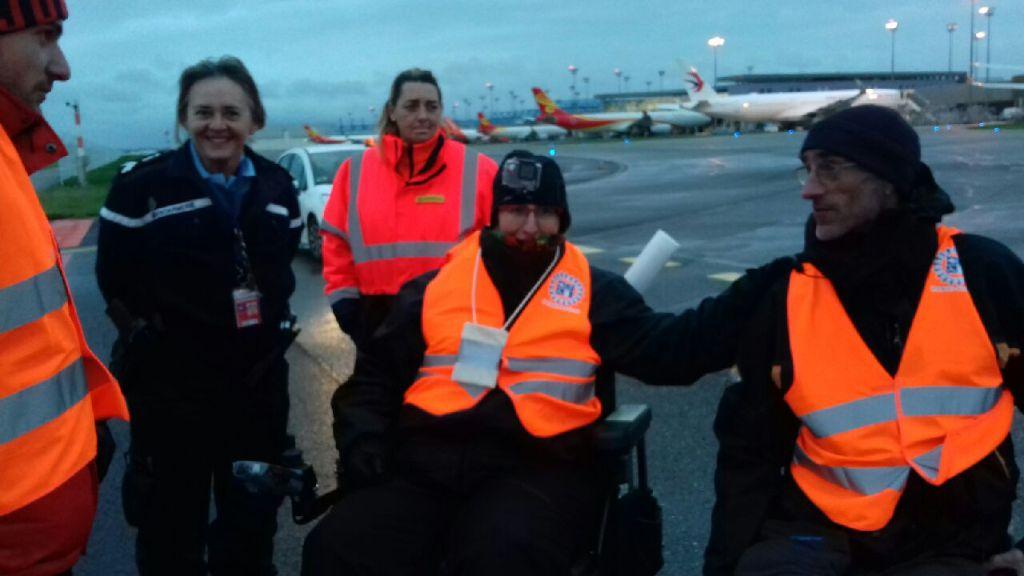 Odile, Les 2 Jérome avec une gendarmette hilare sur le tarmac de l'aéroport