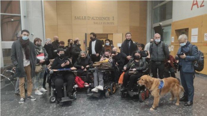 les militants et leurs avocats après l'audience occupent le tribunal faute de solutions de transport et d'accompagnement