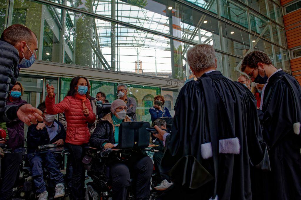 les prévenus et leurs avocats à l'entrée du tribunal