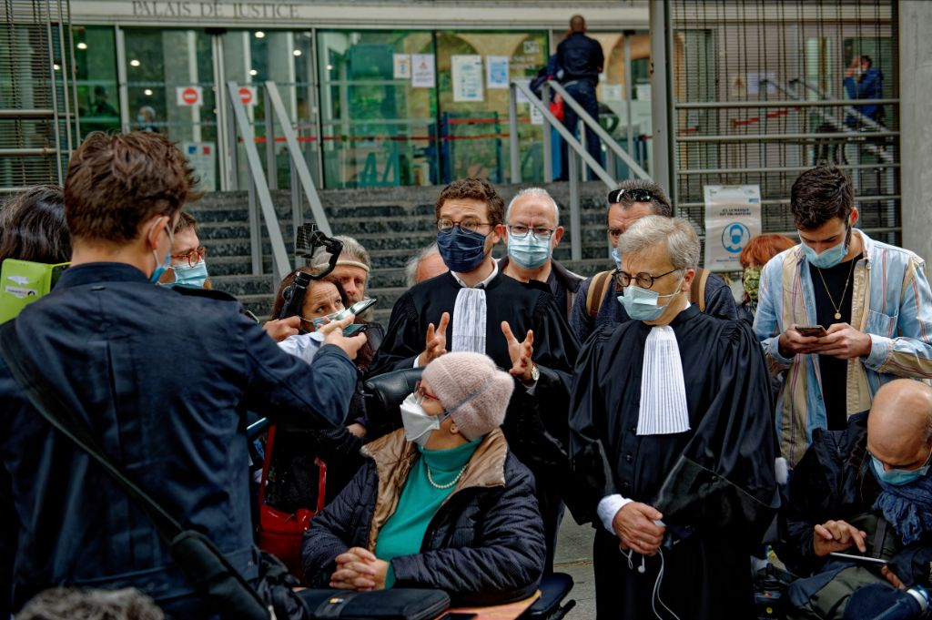 prévenus et avocats à la sortie du tribunal pour la conférence de presse