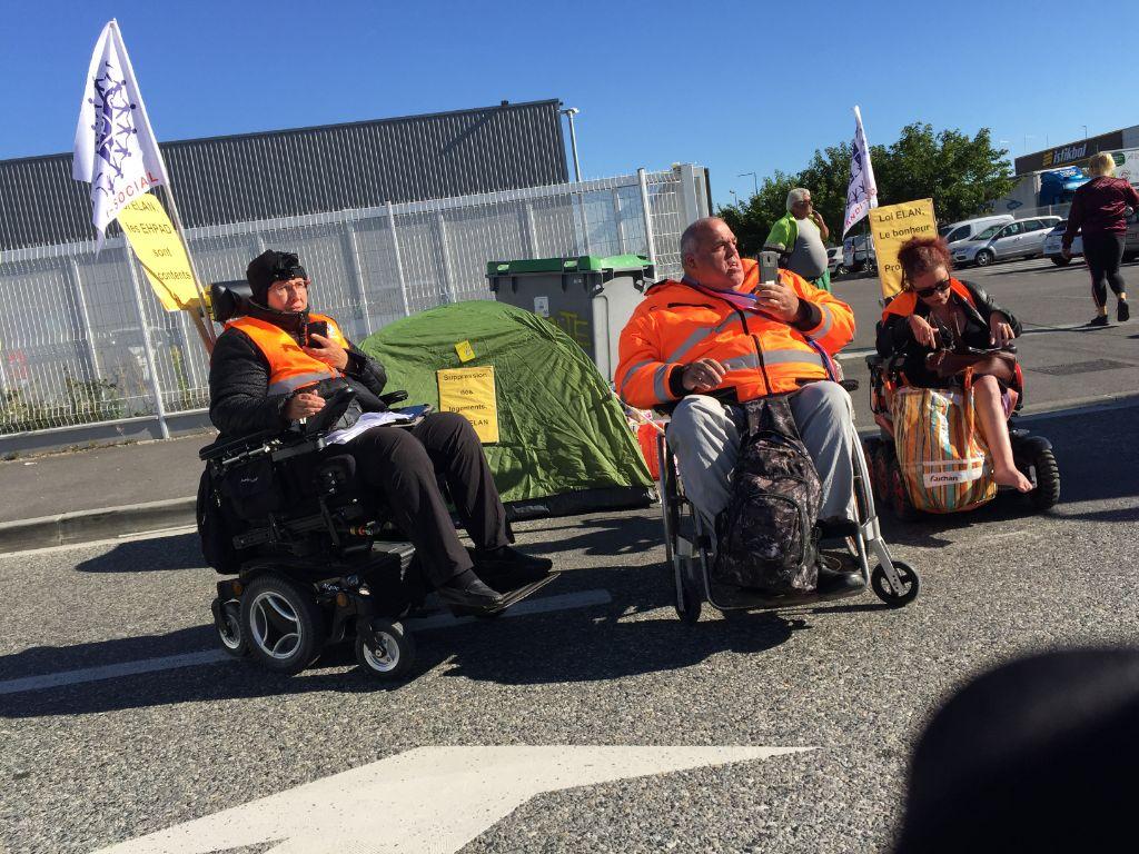 blocage 4 cimenteries et 2 centres de gros à Toulouse personnes en fauteuil sur la route pour bloquer