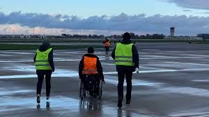 3 militants sur le tarmac de l'aéroport