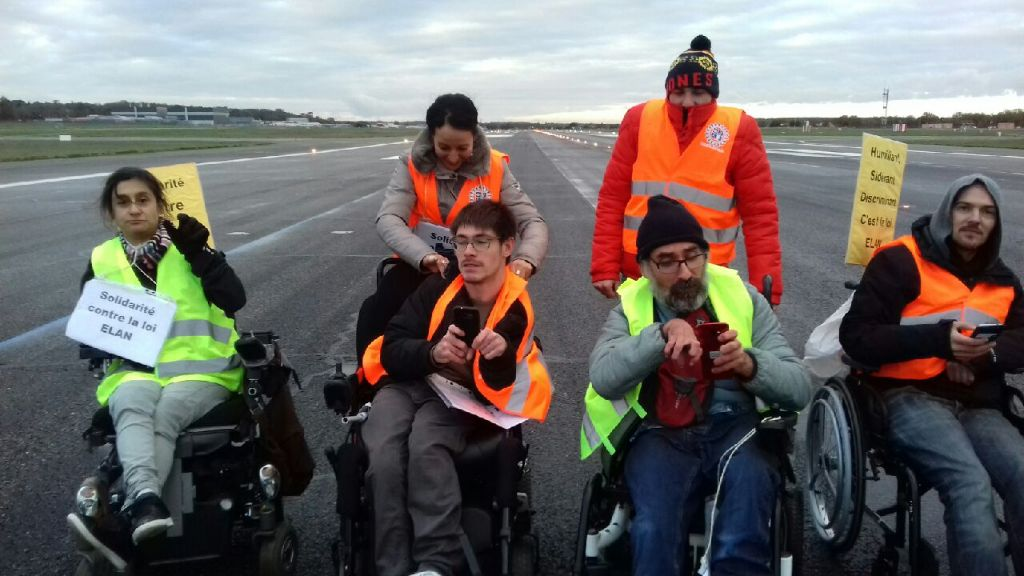 une partie de l'équipe d'Handi-Social sur les pistes de l'aéroport