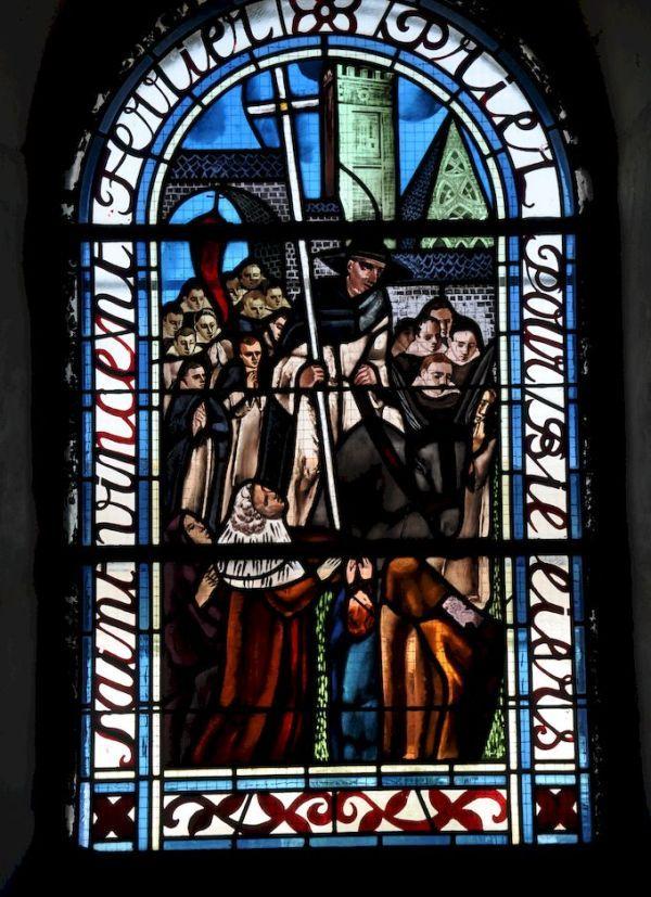 St Vincent Ferrier arrivant à Vannes, vitrail de l'église St Maixent de Billiers (56)